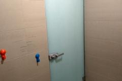 """входная дверь из """"молочного"""" стекла """"триплекс"""" со стороны подъезда"""